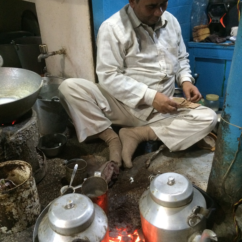 chai wallah in Old Delhi